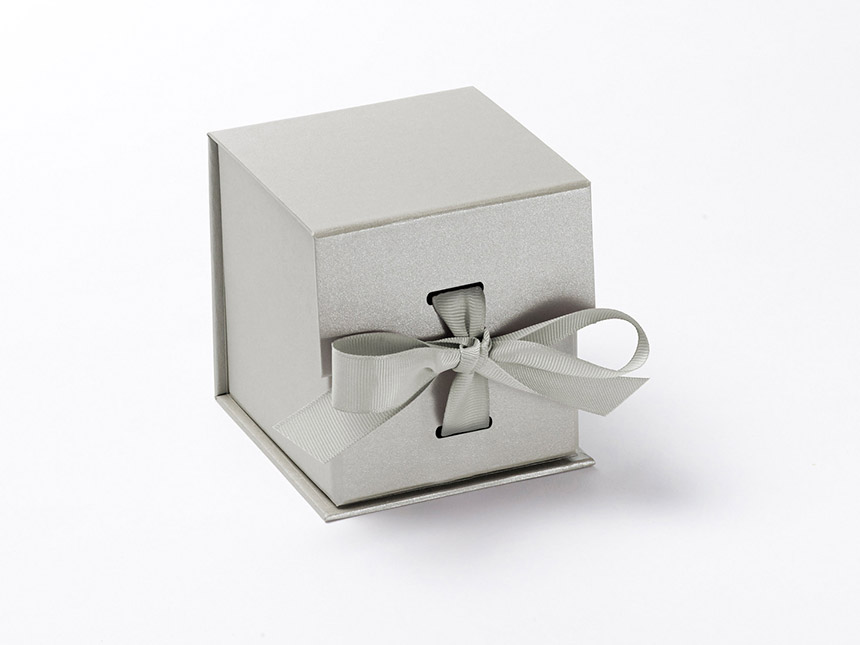 Silver cube giftbox ribbon